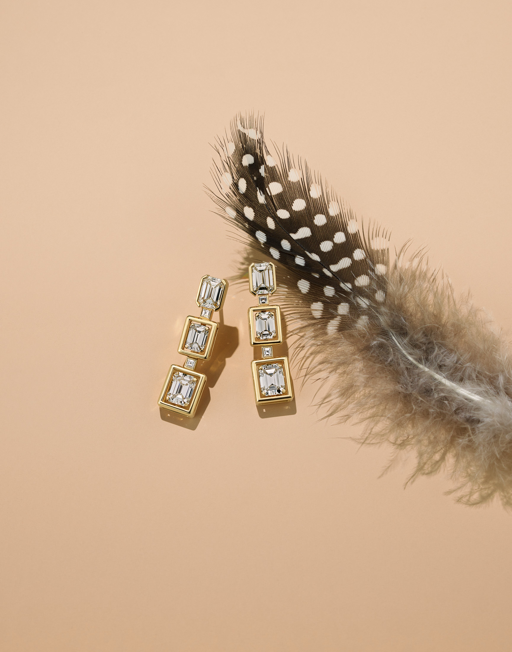 The Flora Theme: Earrings in 18-karat yellow gold with diamonds.